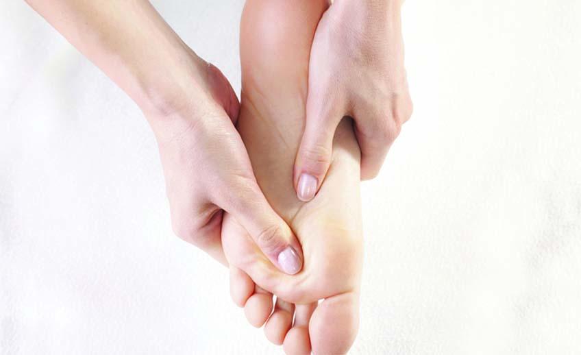 Réflexologie plantaire, Situé dans le centre-ville de Montréal, Escale Massage est un oasis au milieu de la quotidienneté urbaine, du travail et du stress. Notre passion pour la santé et le bien-être, nous donnent l'opportunité de vous offrir une grande recharge d'énergie, afin de mieux performer au travail. Le massage réduit les tensions musculaires, contribue à modeler la forme, apporte un meilleur état de santé et aide à lutter contre de nombreuses maladies graves. En agissant sur le corps, le massage a des effets positifs sur l'esprit, l'attention et la prise de conscience des émotions. Il apporte au patient une énergie nouvelle en lui procurant un bien-être total, le relaxant, lui apportant détente et bonne humeur et en l'aidant à lutter contre le stress, l'anxiété et l'état dépressif.
